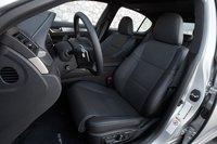 F Sport комплектуется уникальными спортивными передними сидениями, которые не только удобны, но и прекрасно удерживают седоков на месте.