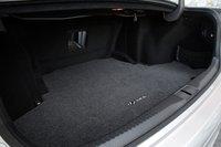 Lexus увеличил вместимость багажникаGS. Мы по-прежнему не рискнули бы назвать его просторным, ведь его объем составляет всего 405литров. И форма у него не самая удачная.