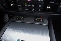 Приехавший к нам на тест автомобиль был оснащен опциональной системой подогрева/вентиляции передних сидений. Мило. К сожалению, кнопки управления этой функцией оказываются частично заблокированными, когда отодвигаешь крышку, прикрывающую держатели для стаканов.