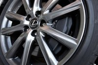 GS 350 F Sport оснащен большими 14-дюймовыми передними тормозными дисками с четырехпоршневыми суппортами из алюминия. Во время тестирования мы отметили отсутствие признаков усталости тормозов.