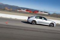GS 350 F Sport останавливается со скорости 96км/ч за 34,1метра. Он немного «клюет» носом, и еще мы заметили периодическую блокировку задних колес.