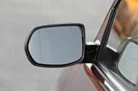Задние стойки не стали меньше, так что этот механизм обзора слепых зон — очень полезная вещь. Правда, им оснащается боковое зеркало только со стороны водителя.