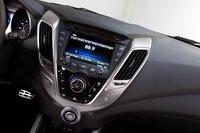 Это центральная консоль Veloster, современная и стильная. Обратите внимание на кнопку пуска двигателя в ее середине.