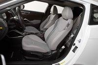 Передние сидения обеспечивают отличную боковую поддержку и вполне приличный уровень комфорта. Правда, посадка водителя немного высоковата, так что над головой остается мало пространства, даже если водитель среднего роста.