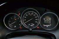 Характерная черта дизельной модели (слева) состоит втом, что лимит оборотов унее более низкий посравнению с бензиновой моделью. ЖК-монитор i-DM справа, который присутствует и надругих моделях Mazda, способствует более комфортному вождению.
