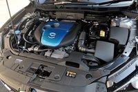 Характерная черта нового экологического дизельного двигателя SKYACTIV-D 2.2 заключается в том, что он неиспользует катализатор оксида азота или технологию SCR (selective catalytic reduction) — систему избирательного каталитического восстановления — но приэтом полностью соответствует экологическим стандартам повыхлопным выбросам. Также двигатель может похвастаться экономичным расходом топлива. Так, врежиме «JC08» расход составляет 18,6км/л, а врежиме «10/15» автомобиль проезжает 20км наодном литре топлива.
