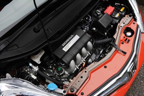 Расход топлива Fit Hybrid RS в тестовом режиме JC08 составляет: 22.2 км/л для версии с вариатором и 20.0 км/л для модели, оборудованной 6-ступенчатой механической КП. Наиболее экономичной, к слову, является модель Fit Hybrid (оснащена только вариатором) с 1.3-литровым бензиновым мотором и электродвигателем, которая способна проехать 26.4 км на одном литре топлива.