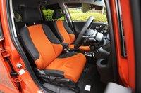 На выбор доступно семь вариантов цветов кузова. Оформление интерьера моделей, окрашенных в цвета «Crystal Black Pearl» или «Sunset Orange II» (наш тестируемый автомобиль) может быть оранжевым, как на фото, либо черным с оранжевой строчкой. Опционально можно выбрать черную отделку из натуральной кожи.