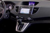 Простой и прямолинейный, интерьер CR-V справляется со своей задачей, но все здесь до боли знакомо, несмотря на то, что это модель 2012 года.