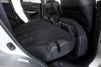 Нижняя часть заднего сидения CR-V поднимается вверх, чтобы затем можно было опустить спинку.