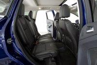 На заднем сидении Escape значительно меньше места, что особенно критично при установке детского автокресла.