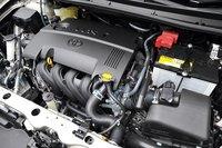 В этот раз мы провели тест-драйв версии с 1,5-литровым двигателем. Она поступила в продажу чуть позже своих собратьев, оснащенных моторами объемом 1,3 и 1,8 литра. 1,5-литровый двигатель выполнен на базе мотора 1NZ-FE. Благодаря улучшениям, направленным на более эффективное сгорание топливной смеси и уменьшение потерь мощности на трении, двигатель стал более экономичным, сохранив свою мощность и крутящий момент. В версиях, оснащенных вариатором, максимальная выходная мощность варьируется от 103л.с. при 6000об/мин (полный привод) до 109л.с. при 6000об/мин (передний привод); а максимальный крутящий момент — от132Нм при 4400об/мин (полный привод) до136Нм при4800об/мин (передний привод). В тестовом режиме JC08 расход топлива составляет от 16,0 км/л или 6,25л на 100км (полноприводный Fielder, Axio 1.5 Luxel) до 21,4км/л или 4,7л на 100км (Axio с передним приводом, вариатором и системой старт-стоп). Специально для версии с 1,5-литровым двигателем была разработана уникальная бесступенчатая трансмиссия. Модельный ряд версий, оснащенных 1,5-литровым двигателем, представлен следующими комплектациями: «1.5X» (передний привод/вариатор, передний привод/МКПП, полный привод/вариатор), «1.5G» (передний привод/вариатор, передний привод/МКПП, полный привод/вариатор), «1.5 Luxel» (передний привод/вариатор, полный привод/вариатор). Стоимость модели составляет от 1377000иен, около 568тыс.руб. («1.5X» передний привод/вариатор) до 2089000иен, около 862тыс.руб. («1.5 Luxel»).