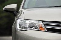 Модель впервые оснащена системой автоматической регулировки света передних фар. Камеры, расположенные между зеркалом заднего вида и лобовым стеклом, реагируют на свет фар встречных и идущих впереди автомобилей, а также на уличное освещение, и, в зависимости от ситуации на дороге, система переключается между ближним и дальним светом. При этом отпадает необходимость все время делать это вручную. Систему можно включить или отключить при помощи специального переключателя.