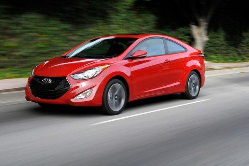 Передняя часть купе Elantra имеет незначительные отличия от аналогичного седана. Но чтобы их найти, нужно быть, как минимум, работником Hyundai.