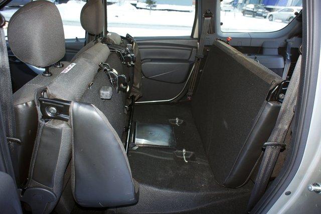 Чтобы получить максимальный размер грузового пространства в семиместном Ларгусе, мало сложить задние сиденья — галерку придется еще и демонтировать, так как она мешает и в сложенном виде