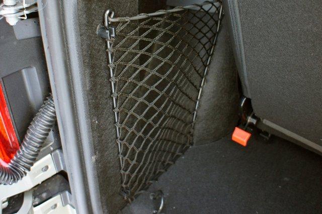 По бокам багажного отсека семиместного Ларгуса расположены сетчатые карманы, из которых правый занят штатным домкратом