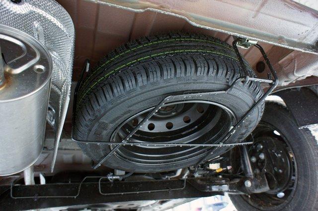 Запасное колесо висит под полом багажника и открыто всем ветрам и грязям