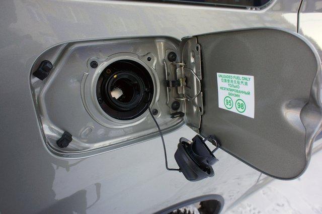 Пробку бензобака во время заправки есть куда пристроить, однако никаких запирающих механизмов нет