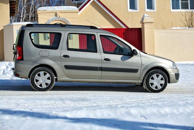Колесная база у Ларгуса сильно растянута, из-за чего в профиль автомобиль выглядит не совсем гармонично и сбалансировано