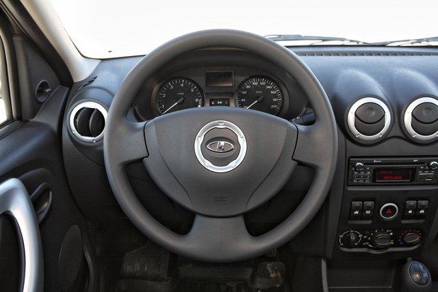 Видеть ВАЗовскую ладью на логановском руле непривычно, но сам руль отторжения не вызывает: он приятен на ощупь даже без «кожаной» оплетки