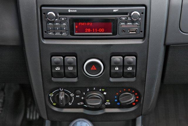 Штатная магнитола не имеет лейбла (на самом деле это корейская Daewoo), но зато предлагает USB порт и подключение мобильного телефона через Bluetooth с возможностью звонить и разговаривать не отрывая руки от руля