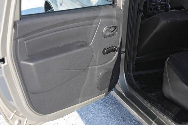 Обивка задних дверей неказиста, но неудобство, по большому счету, вызывает только отсутствие нормальной внутренней ручки, за которую можно было бы держаться во время движения автомобиля