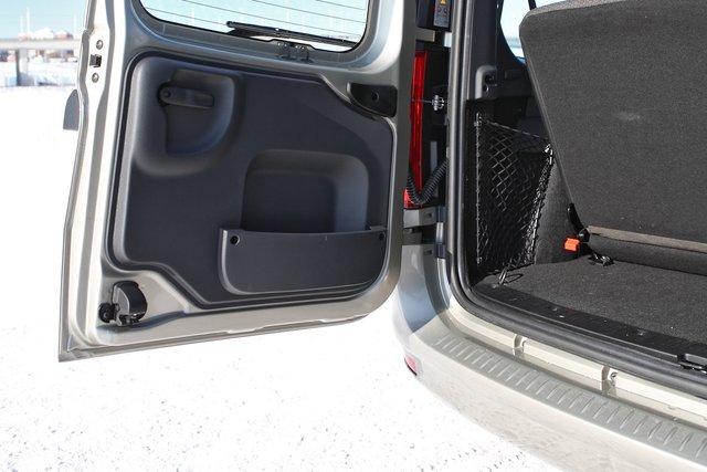Распашная конструкция дверей багажника позволила разместить в одной из них дополнительный карман для мелкой поклажи. Но вот отделки оконных проемов здесь нет