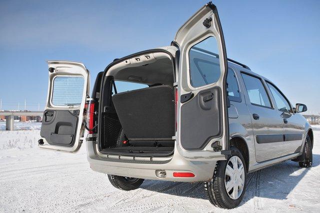 Обе створки дверей багажника можно раскрыть на 180 градусов, но объем багажника в семиместной конфигурации салона небольшой — всего 135 литров