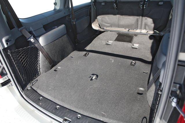 Максимальный объем грузового пространства — чуть менее 2,5 кубометров, достигается после складывания сидений второго ряда и снятия сидений в третьем ряду