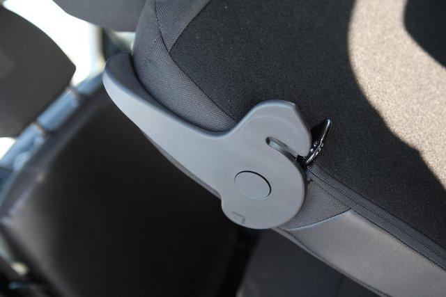 Простой фиксатор спинок сидений среднего ряда работает легко и эффективно, позволяя в полтора движения сложить сиденье для прохода на галерку