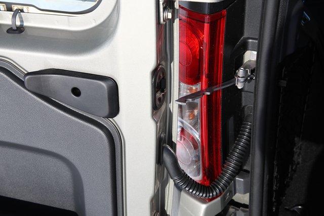 Фиксатор дверей багажника, ограничивающий их открывание только на 90 градусов, можно легко разблокировать с помощью дополнительной клавиши на дверцах