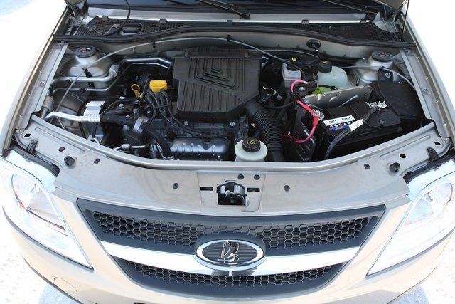 Подкапотное пространство — один в один как у Логана, только без эмблемы Renault на декоративной крышке двигателя. А 8-клапанный мотор Renault K7M обнаружил неожиданное преимущество в эксплуатации перед 16-клапанником K4M: заправочный объем моторного масла здесь по паспорту составляет всего 3,3 литра, тогда как у более мощного варианта при замене масла потребуется на 1,5 литра больше – 4,8 литра!