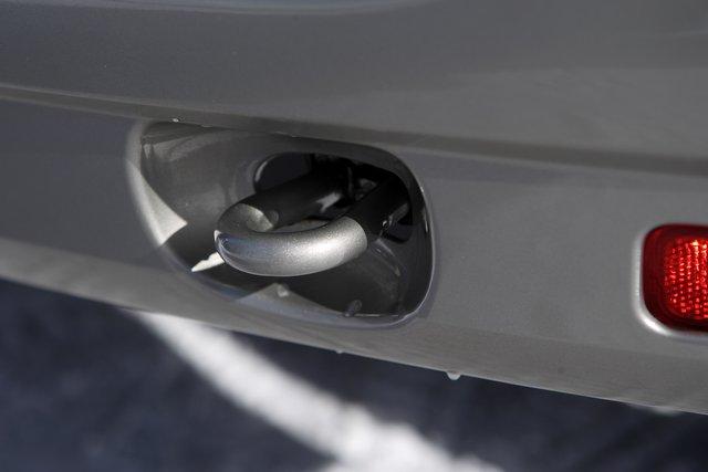 Буксирная проушина в заднем бампере ничем не прикрыта, но ее расположение в углублении пластика накладывает ограничения на размеры крюков и петель буксирного троса