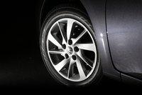 На фото изображена шина 195/60R16 и алюминиевый диск, которые входят в стандартное оснащение комплектации G. Модели X и S оборудованы шинами 195/65R15 и стальными дисками. Передняя подвеска — на стойках, задняя — торсионная.
