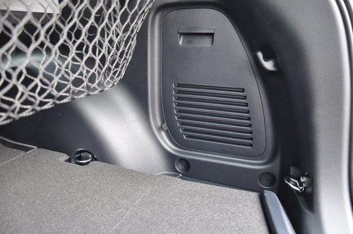 Багажник оборудован не только съемной сеткой, но и крепежными приспособлениями. Люк в стенке открывает доступ к домкрату