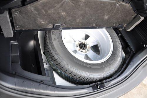 Полноразмерная запаска «переехала» под пол багажника, сделав его высоким, зато с разложенными сиденьями получается большая ровная площадка, а под полом еще есть емкие ниши, включая «выемку» колесного диска