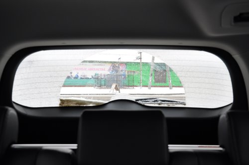 Даже после «ухода» запаски с двери, заднее стекло не стало «панорамным», а в непогоду тем более — зона очистки очень мала