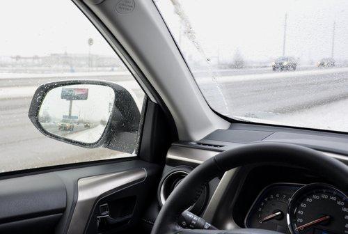 Зеркала дают хороший обзор назад, но передне-боковому обзору мешают не самые тонкие стойки, плюс к тому в непогоду на лобовом стекле остается широкая неочищенная полоска