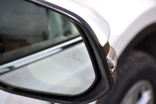Система контроля «слепых зон» со световым сигналом прямо на зеркалах оказалась весьма полезной штуковиной — боковым зрением этот сигнал улавливаешь очень хорошо, и на дороге это помогает