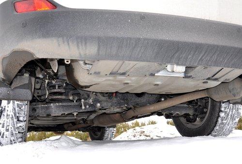 Разработчикам автомобиля не удалось сделать днище «плоским» — гармонию портит выхлопной тракт, и особенно у 2,5-литровой версии