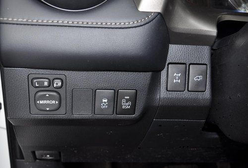 Важные клавиши блокировки муфты и электропривода багажной двери (второе только для «топов») от водителя закрыты рулем: чтобы включить, надо «вытягивать» шею. Неудобно