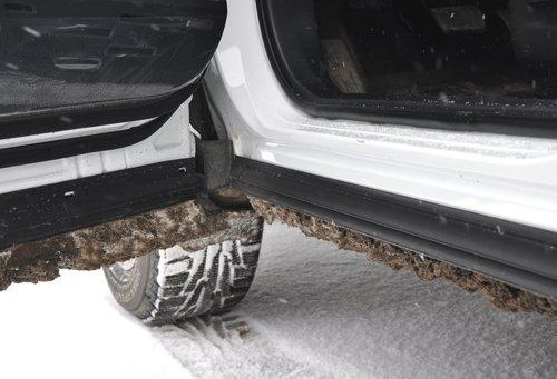Важная для нас предусмотрительность: низ двери и порог устроены таким образом, что даже в очень грязных условиях остается шанс не запачкаться при высадке-посадке