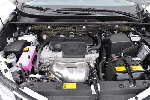 Вопреки общим тенденциям, двигатель 2,5 литра имеет металлическую крышку головки, а само подкапотное пространство не слишком тесное для обслуживания