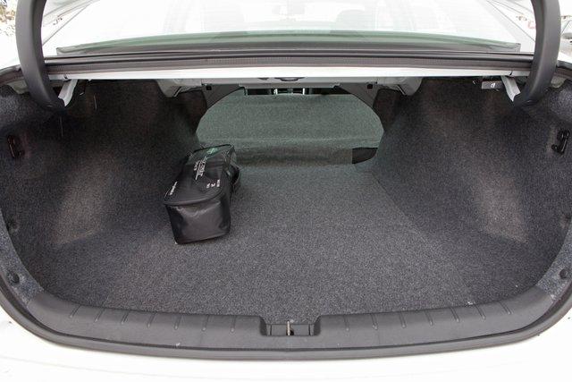 Багажник вместительный, но не отличается удобством. Образующийся в результате складывания спинки сиденья проем больше похож на овальный люк
