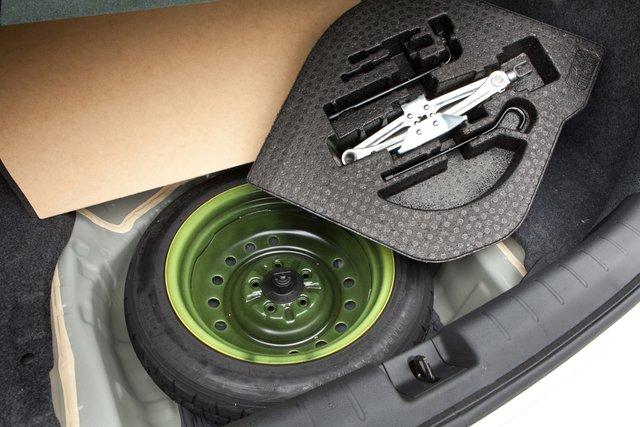 Под полом багажника находится запасное колесо-докатка и набор дорожного инструмента