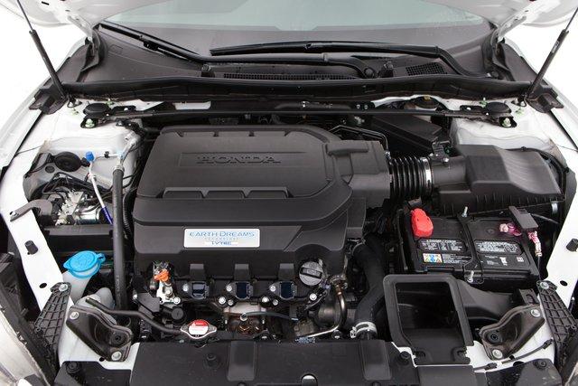 V6 «упакован» в подкапотном пространстве Accord достаточно плотно. Растяжка между передними стойками, повышающая жесткость кузова, — стандартное оснащение спорт-седана