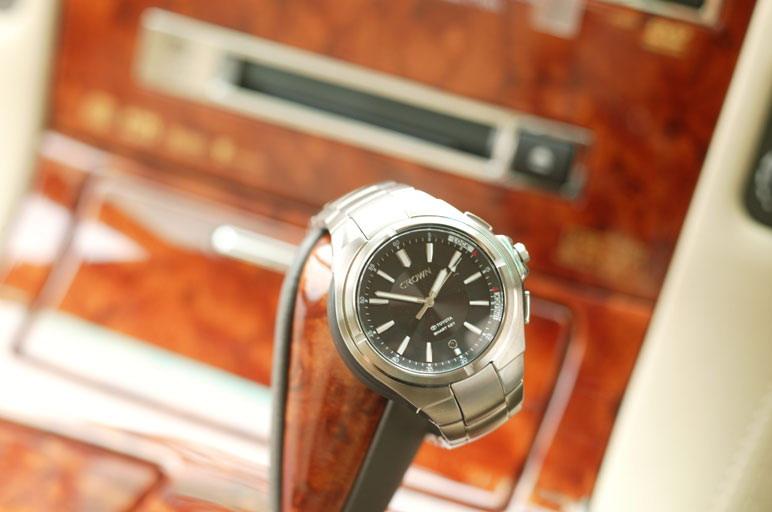 На фотографии изображены ручные часы, которые  одновременно служат в качестве ключа для запирания или отпирания дверных замков на расстоянии,  а также для дистанционного пуска двигателя («key integrated watch»). Все это делается путем нажатия соответствующих кнопок сбоку на часах. Стоит такая «игрушка» 42 тысячи иен.