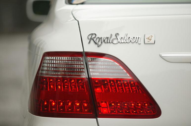 У автомобиль Crown Royal иной характер, водить его нужно в иной манере, поэтому выдержать конкуренцию с  автомобилем марки Lexus ему было бы, по всей вероятности, нелегко.