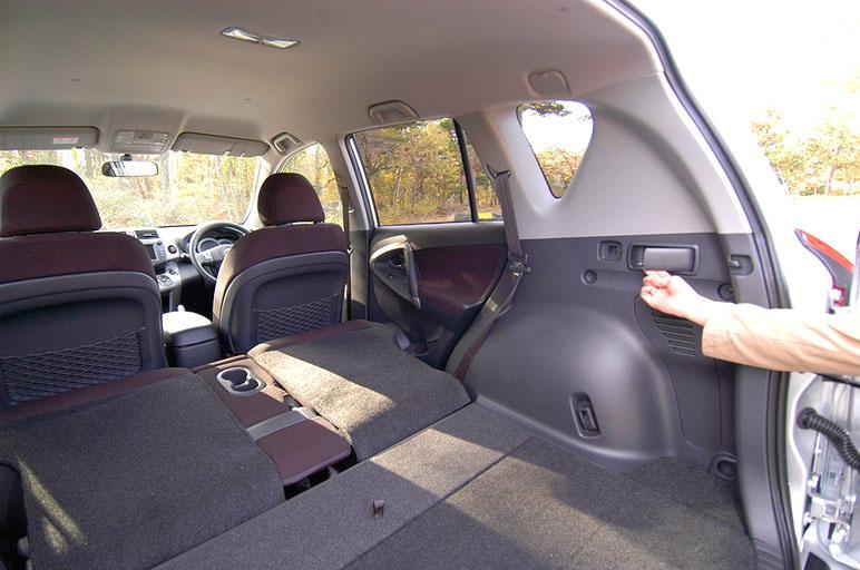Задние кресла выполнены по типу «super tilt down». Их можно легко убрать прямо из багажника, воспользовавшись специальной ручкой. Для того, чтобы обеспечить больше места для складываемых сидений, топливный бак решено было убрать из-под дна багажника и сдвинуть его в сторону, поставив его рядом с карданным валом.