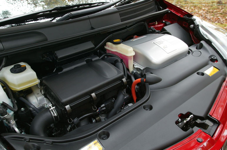 На снимке - второе поколение гибридного силового агрегата, устанавливаемого на новую модель Prius, агрегата, который выпускается под лозунгом «экология + мощность». Агрегатная линия состоит из специального 1.5- литрового двигателя внутреннего сгорания и электрического мотора, совместная работы которых позволяет развивать мощность в 111 лошадиных сил и получать наибольший крутящий момент в 48,7 кг/м.